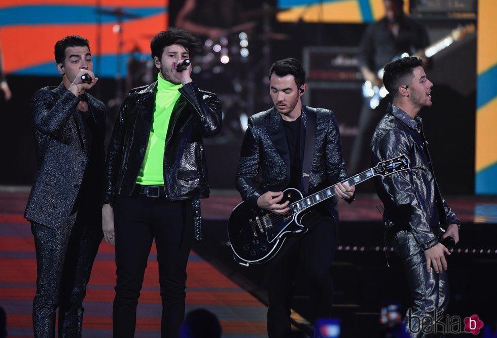 Los Jonas Brothers con Sebastián Yatra en Los 40 Music Awards 2019