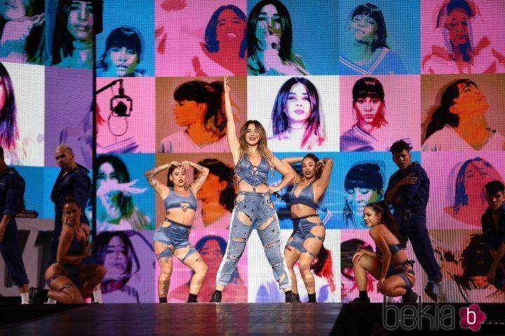 Lola Índigo posando al final de su actuación en Los 40 Music Awards 2019