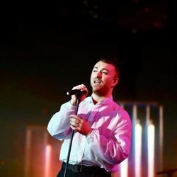 Sam Smith cantando en la gala de Los 40 Music Awards 2019º