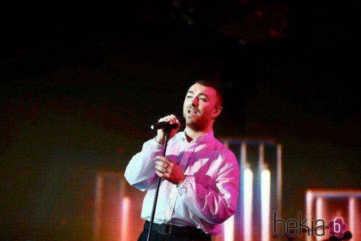 Sam Smith cantando en la gala de Los 40 Music Awards 2019º