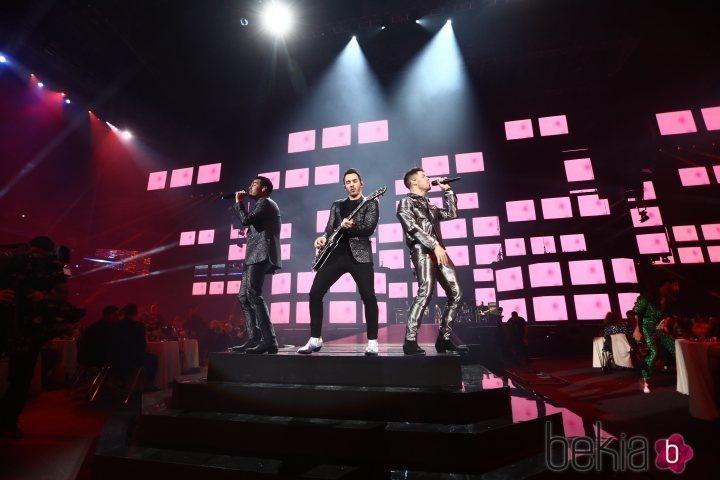 Los Jonas Brothers cantando en la gala de Los 40 Music Awards 2019