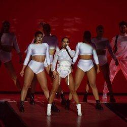 Becky G durante su actuación en Los 40 Music Awards 2019