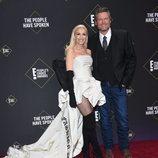 Gwen Stefani y Blake Shelton en la alfombra roja de los People's Choice Awards 2019