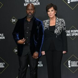 Kris Jenner y Corey Gamble en la alfombra roja de los People's Choice Awards 2019