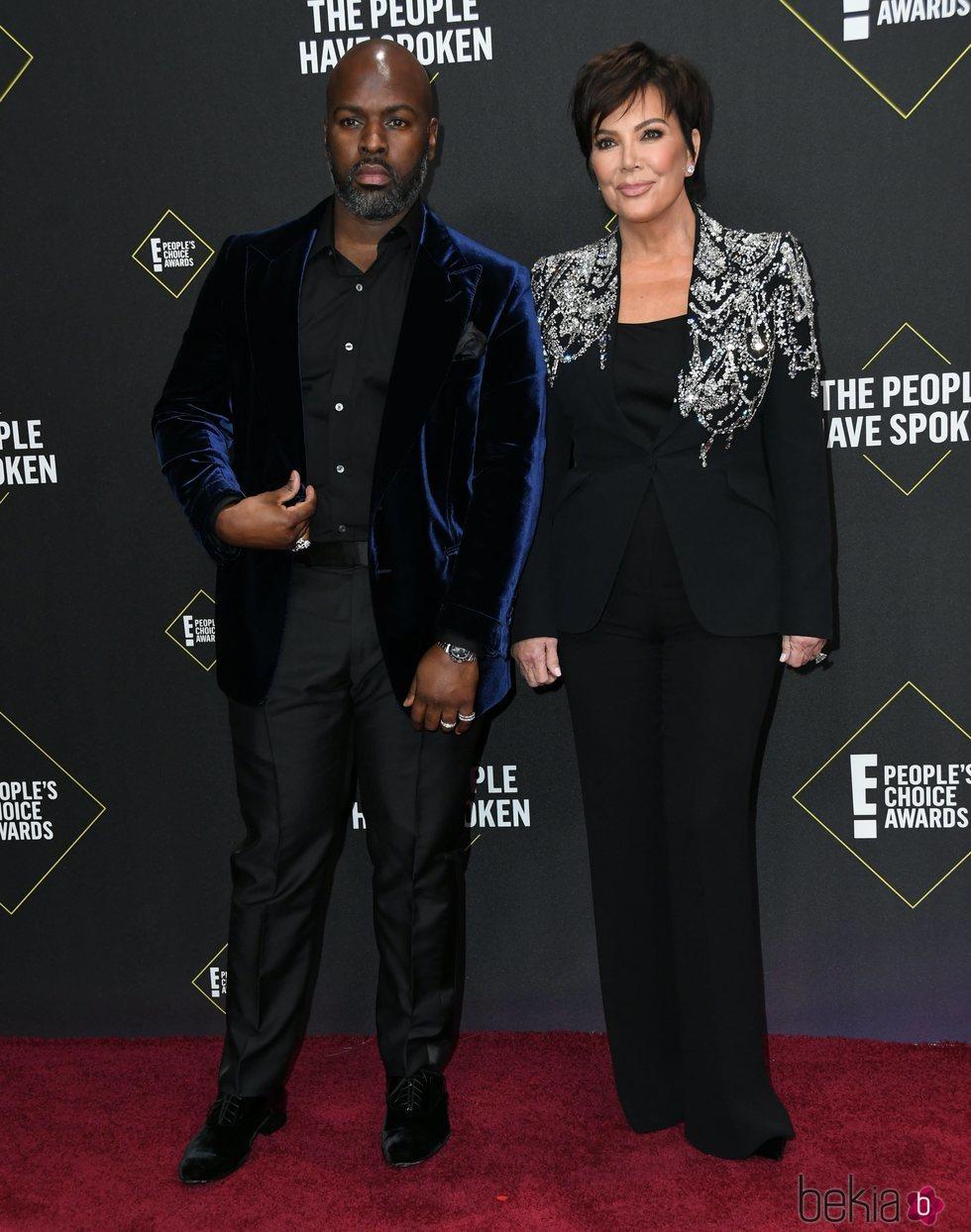 Kris Jenner y Corey Gamble en la alfombra roja de los People's Choice Awards 2019