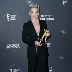 Pink posando con su People's Champion 2019 en los People's Choice Awards 2019