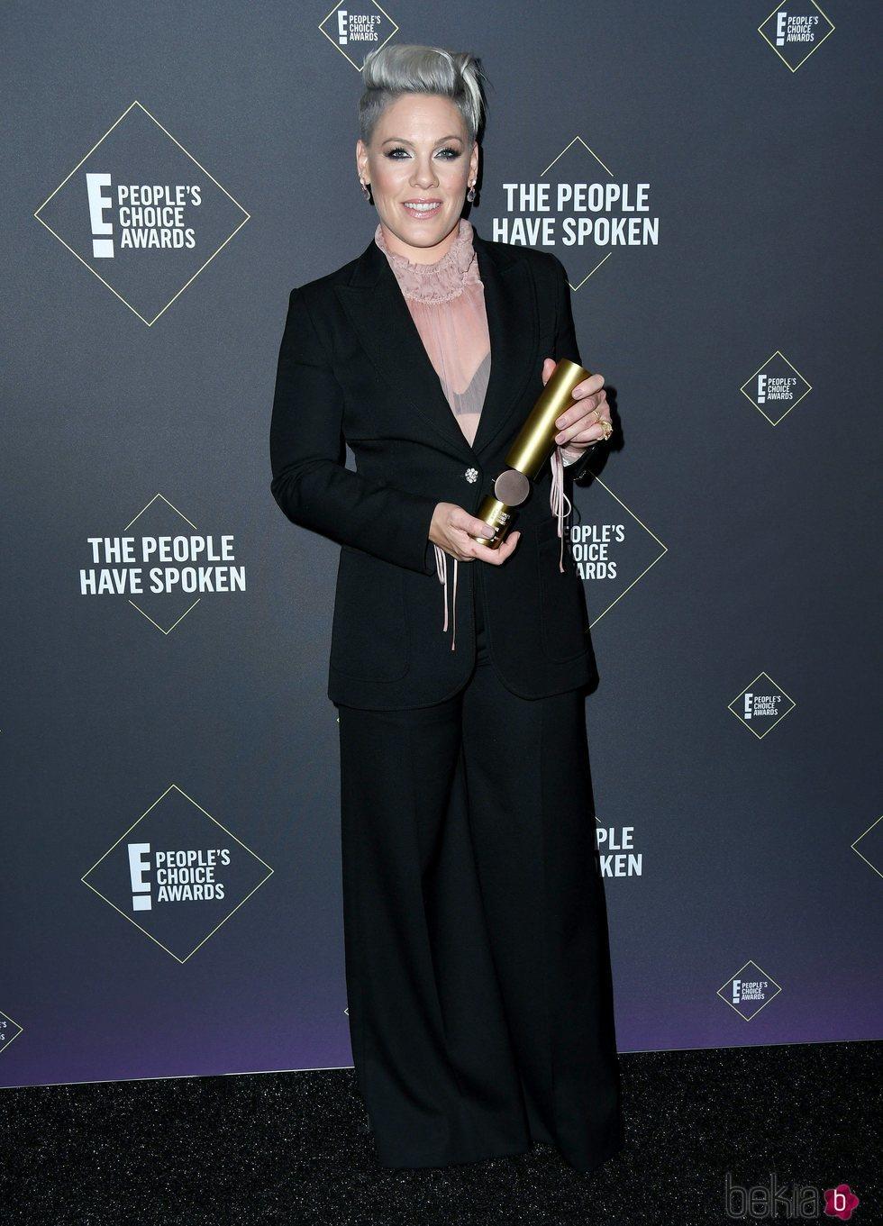 Pink posando con su People's Champion 2019 en los People's Choice Awards 2019
