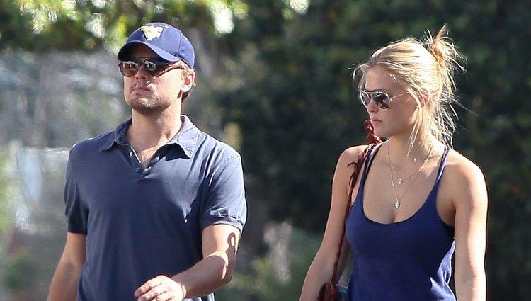 Leonardo DiCaprio paseando con Bar Refaeli