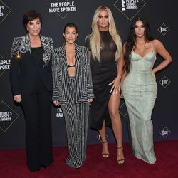 Kris Jenner, Kourtney, Khloe y Kim Kardashian en la alfombra roja de los People's Choice Awards 2019