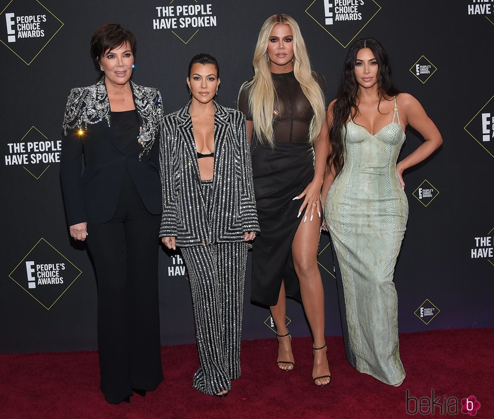 Kris Jenner, Kourtney, Khloe y Kim Kardashian en la alfombra roja de los People's Choice Awards 2019