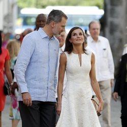 Los Reyes Felipe y Letizia comparten confidencias en un paseo por La Habana Vieja en su Visita de Estado a Cuba