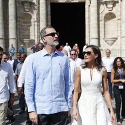 Los Reyes Felipe y Letizia con gafas de sol en La Habana Vieja