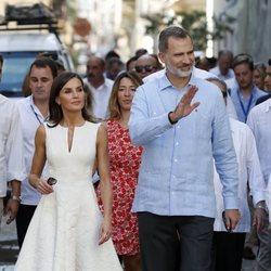 Los Reyes Felipe y Letizia saludando en un paseo por La Habana Vieja