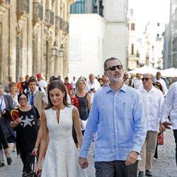 Los Reyes Felipe y Letizia, cogidos de la mano en La Habana Vieja