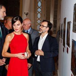 La Reina Letizia, muy seria en la exposición 'España y Cuba: Contigo en la distancia' en La Habana