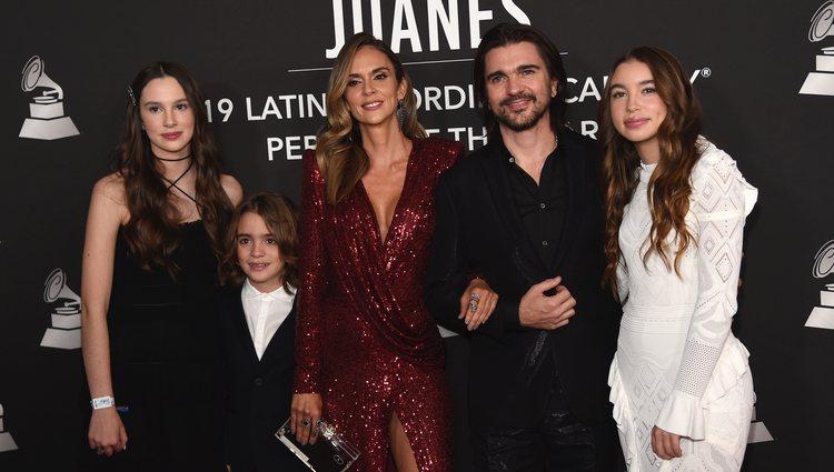 Juanes con su mujer Karen, y sus hijos, Luna, Paloma y Dante en el premio Persona del Año 2019 en los Grammy Latino