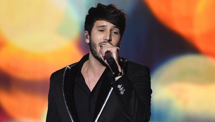 Sebastián Yatra actuando en el premio Persona del Año 2019 en los Grammy Latino