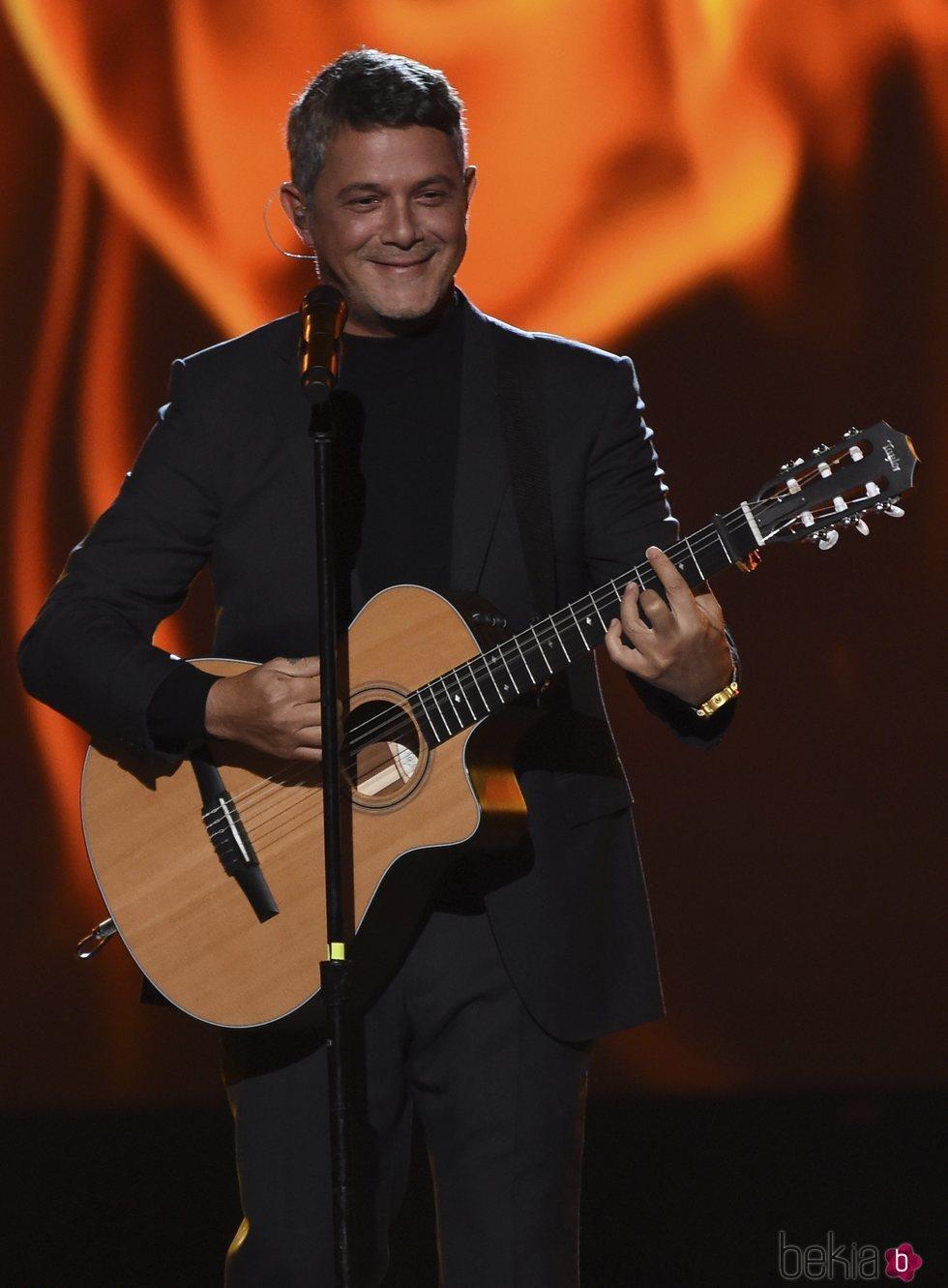 Alejandro Sanz actuando en el premio Persona del Año 2019 en los Grammy Latino