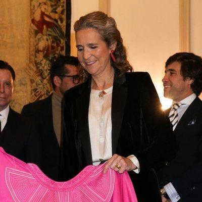 La Infanta Elena recibiendo el 'Capote de las Artes'