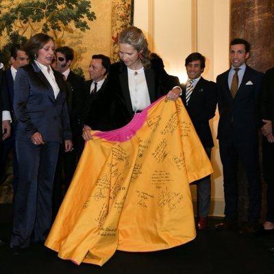 La Infanta Elena posando junto a su regalo, el 'Capote de las Artes'