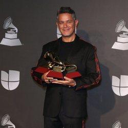 Alejandro Sanz con sus tres premios Grammy Latino 2019