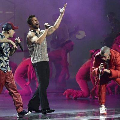 Residente, Ricky Martin y Bad Bunny actuando en los Grammy Latino 2019