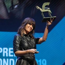 Vanesa Martín sosteniendo su Premio Ondas 2019