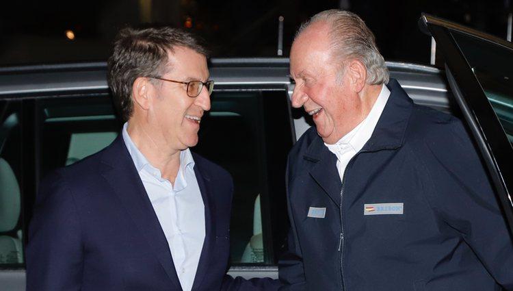 Alberto Núñez Feijóo y el Rey Juan Carlos I a su llegada a una cena en Sanxexo