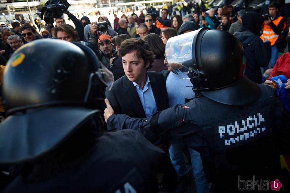 El Pequeño Nicolás escoltado por la Policía en la estación de Sants