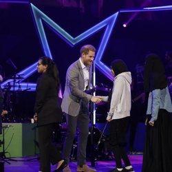 El Príncipe Harry entregando premios en la gala OnSide
