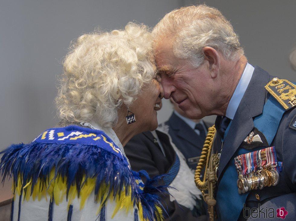 El Príncipe Carlos haciendo el saludo hongi