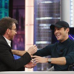 Mario Casas charlando con Pablo Motos en 'El Hormiguero'