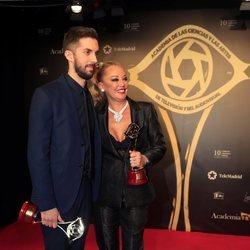 Belén Esteban y David Broncano posando con sus Premios Iris 2019