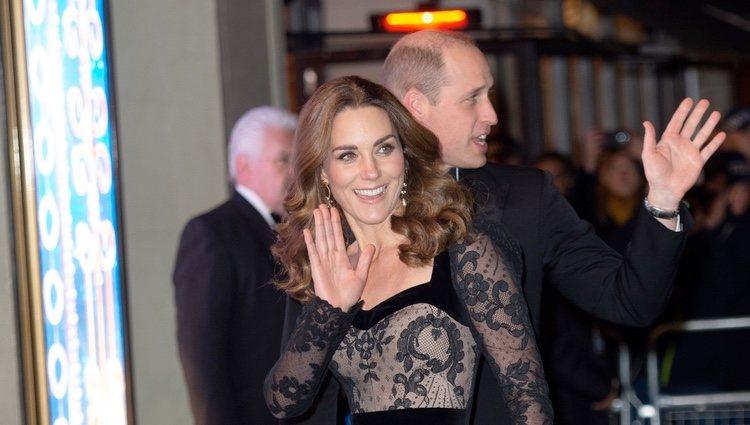 Los Duques de Cambridge saludando a su llegada a la Royal Variety Performance 2019
