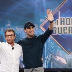 Mario Casas y Pablo Motos saludando al público de 'El Hormiguero'