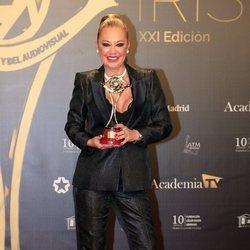 Belén Esteban posa con el premio de 'Sálvame' en los Premios Iris 2019