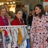 La Reina Letizia y la Reina Sofía durante su visita al Rastrillo Nuevo Futuro 2019