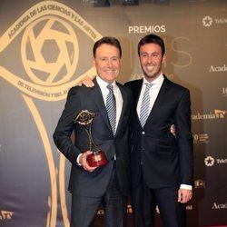 Matías Prats y su hijo Matías Prats posan con el Premio Iris 2019