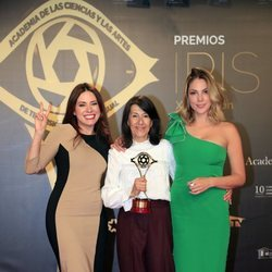 Ana Arias y Paloma Bloyd con el premio por 'Cuéntame' en los Premios Iris 2019