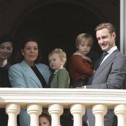 Carolina de Mónaco, Pierre Casiraghi y Beatrice Borromeo con sus hijos Stefano y Francesco y su sobrina India Casiraghi en el Día Nacional de Mónaco