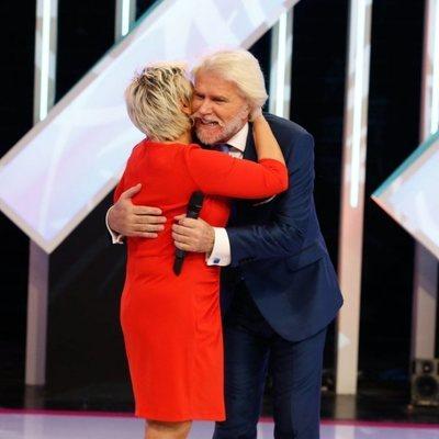 Terelu Campos y Bigote Arrocet abrazándose en 'Aquellos maravillosos años'