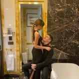 Miguel Bernardeau abraza por las piernas a Aitana Ocaña antes de los Premios GQ