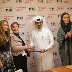 Shakira en un trato de su Fundación Pies Descalzos en Doha con la ex Jequesa de Catar Mozah Bint Nasser
