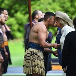 Camila Parker realizando el saludo maorí en su viaje oficial a Nueva Zelanda