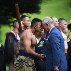 El Príncipe Carlos realizando el saludo maorí en su viaje oficial a Nueva Zelanda