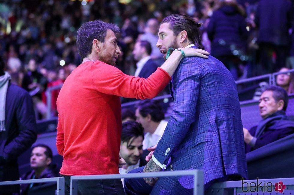 Pablo Motos saludando a Sergio Ramos en la Copa Davis 2019