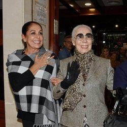 Isabel Pantoja con su primera diseñadora Lina en una comida con sus fans en Sevilla