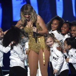 Taylor Swift junto a los niños bailarines en su actuación de los AMAs 2019