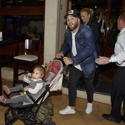 Kiko Rivera saliendo del restaurante de Sevilla en el que se había organizado una sorpresa para su madre