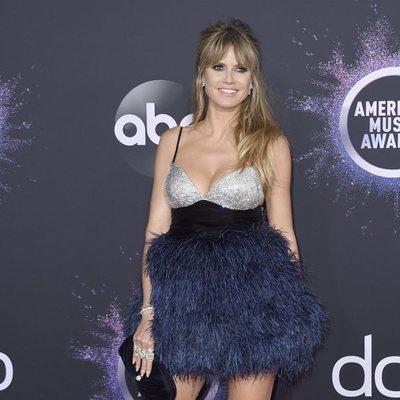Heidi Klum en la alfombra roja de los American Music Awards 2019